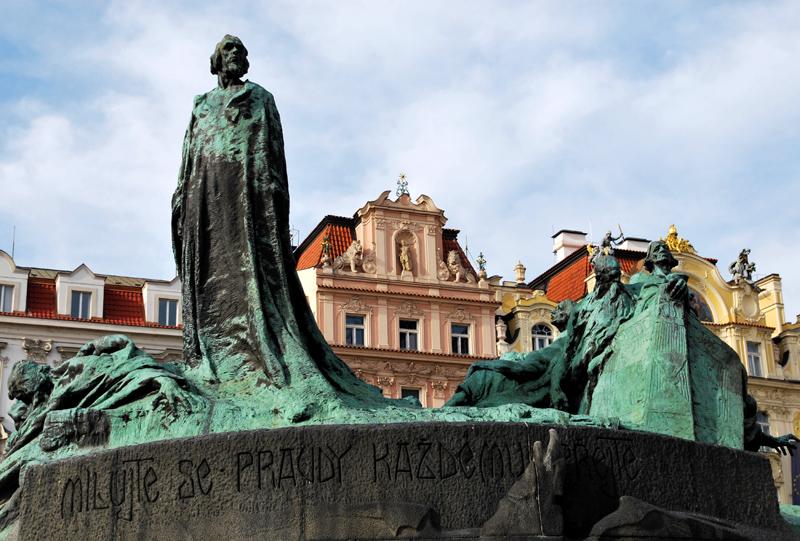 Grün: Denkmal für den böhmischen Reformator Jan Hus in der Prager Altstadt. Foto: Kleine Fluchten Berlin
