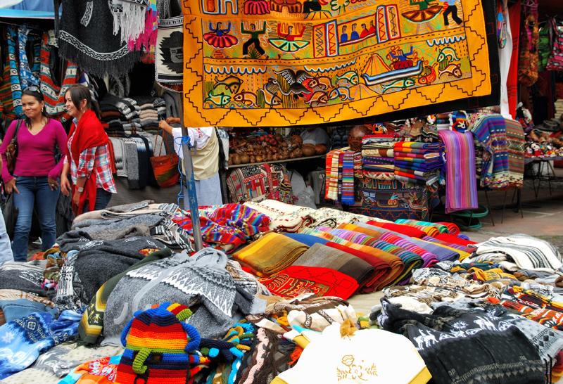 Der größte Handwerksmarkt im Norden von Ecuador findet jeden Samstag in Otavalo statt, auf der Plaza de Poncho - Nomen est omen. Foto: Kleine Fluchten Berlin