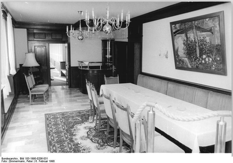 Blick in den Speiseaal von Schloss Dammsmühle, Februar 1990